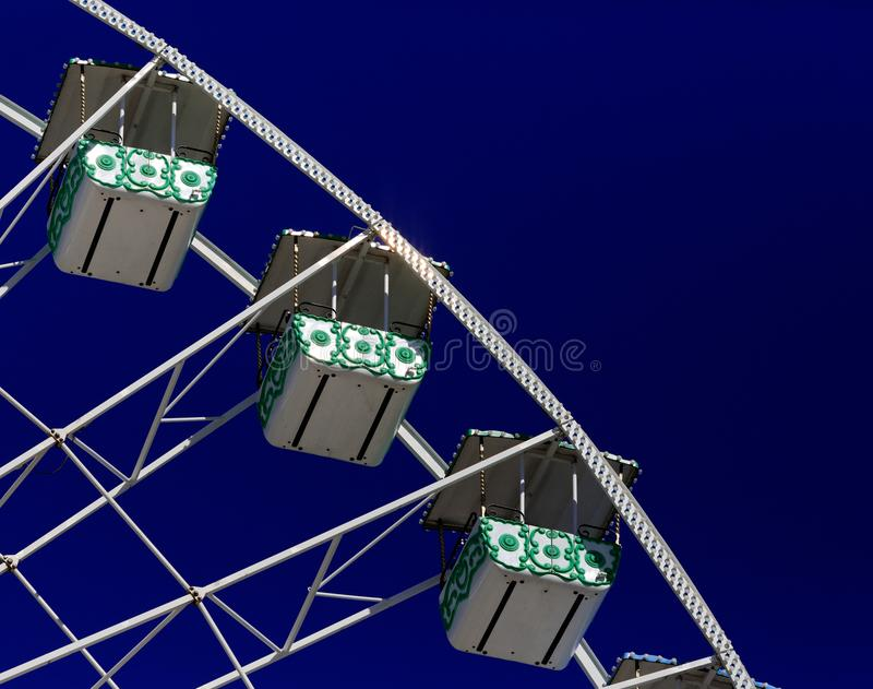 Teil des Riesenrads gesehen gegen blauen Himmel lizenzfreie stockfotografie