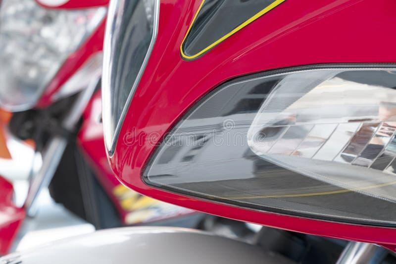 Teil des roten Motorradscheinwerfers stockfotos