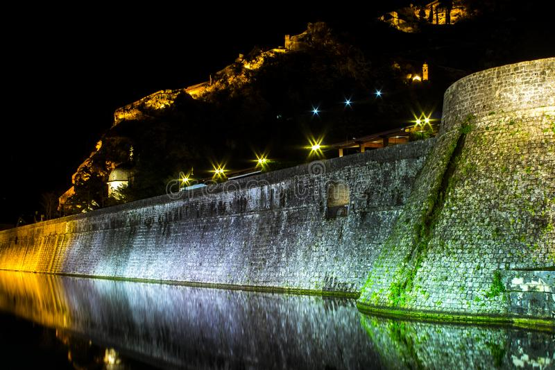 Teil des Verteidigungswalls um die alte Stadt in Kotor nachts montenegro lizenzfreie stockfotografie
