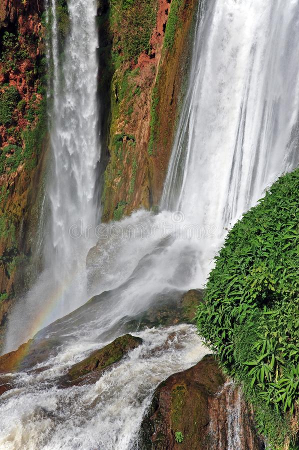 Teil des Wasserfalls der Kaskade D Ouzoud mit Regenbogen UNESCO marokko stockbild