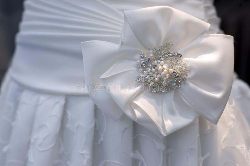 Teil des weißen Kleides der Hochzeit stockbilder