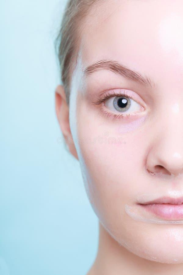 Teil des weiblichen Gesichtes. Frau in Gesichts ziehen weg Maske ab. Hautpflege. lizenzfreies stockbild
