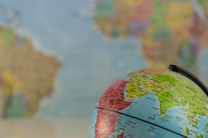 Teil einer Kugel mit Karte von Indien mit unscharfer Karte als Hintergrund stockbild