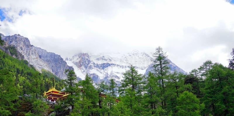 Teil eines Kirchturms, Schnee-Berglandschaft lizenzfreie stockfotografie