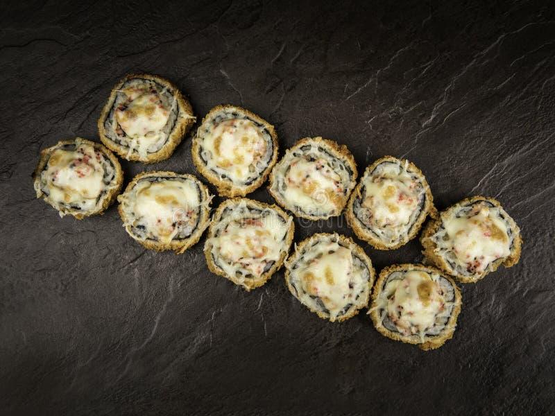 Teil heiße Rollen mit Käse und Kaviar in der japanischen Art, Draufsicht lizenzfreies stockfoto