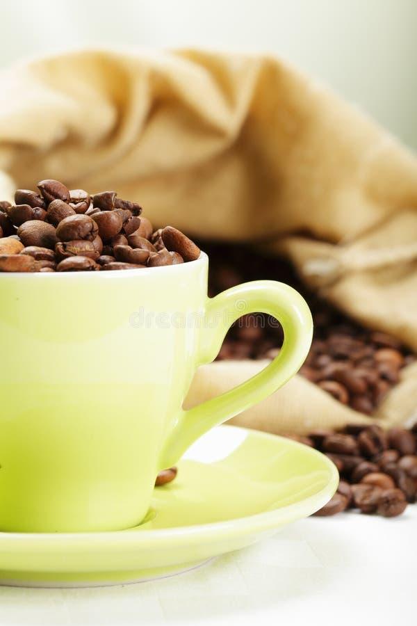 Teil von Cup mit Kaffeebohnen lizenzfreie stockfotografie