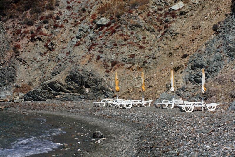 Teildienste des felsigen Strandes stockfoto