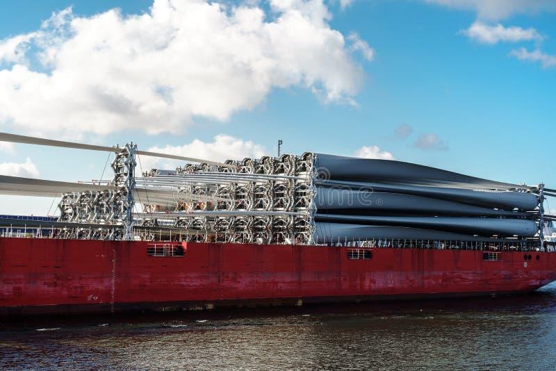 Teile windfarm auf der Plattform des Frachtschiffs stockfotos