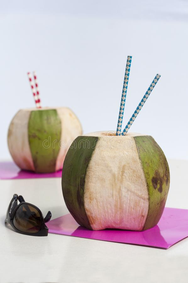 Teilen einer köstlichen Kokosnuss stockbild