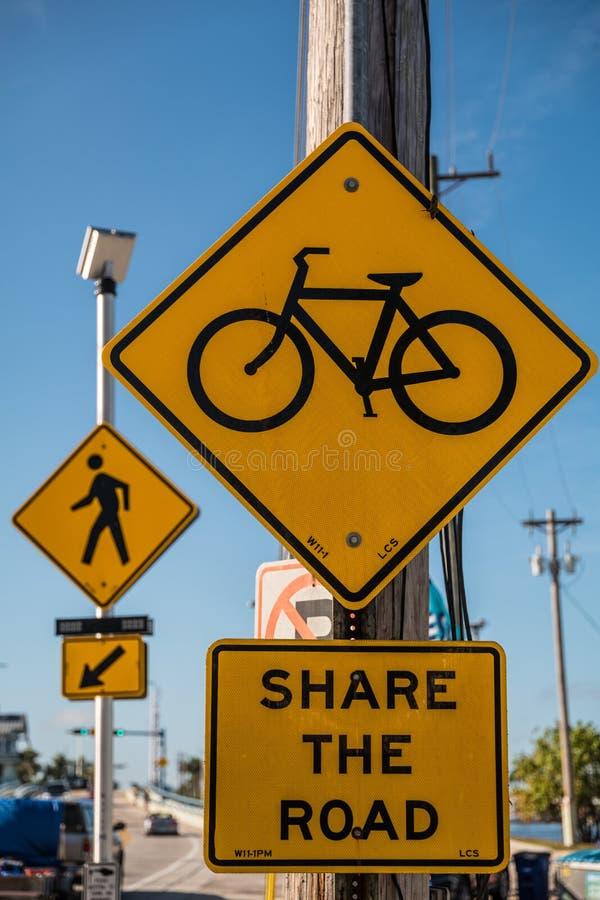 Teilen Sie die Straße mit Radfahrer und Fußgängern stockfotografie