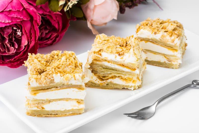 Teilen Sie Kuchen des Blätterteiges mit Vanillebuttercreme ein stockfotos