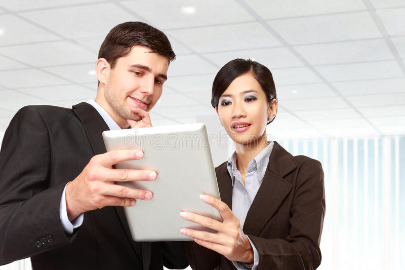 Teilhaber, die Berührungsfläche bei der Sitzung verwenden stockfotografie