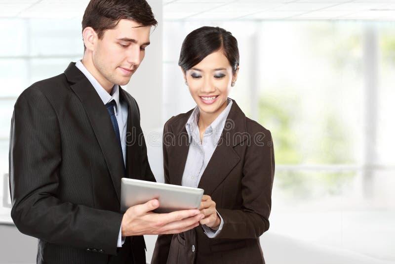 Teilhaber, die Berührungsfläche bei der Sitzung verwenden stockfoto