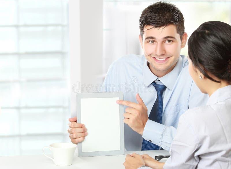 Teilhaber, die Berührungsfläche bei der Sitzung verwenden lizenzfreie stockfotos