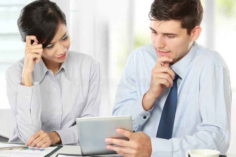 Teilhaber, die Berührungsfläche bei der Sitzung verwenden stockbild