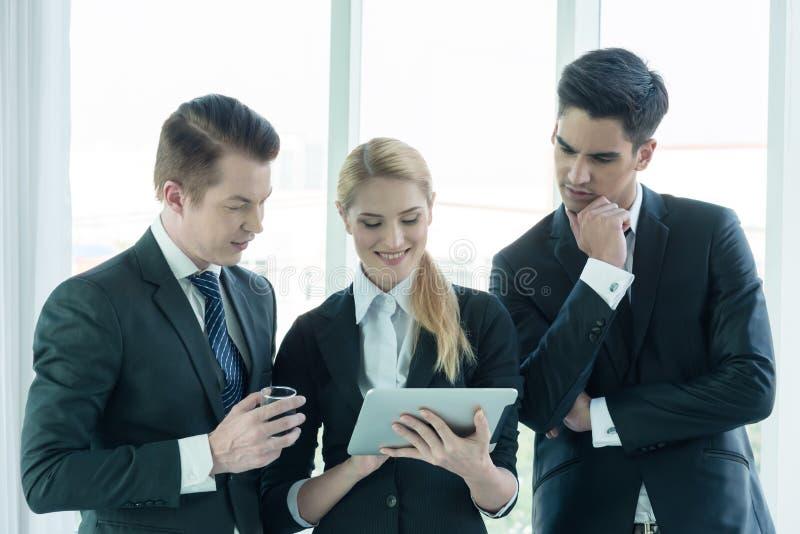 Teilhaber, die Dokumente und Ideen bei der Sitzung besprechen lizenzfreie stockbilder
