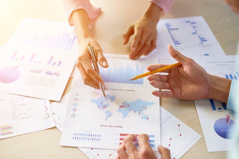 Teilhaber, die Firmenwachstum besprechen stockbild