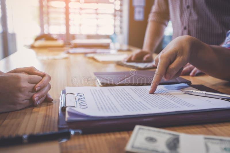 Teilhaber, die Vertrag unterzeichnen, um Geld vom Investor zu borgen lizenzfreies stockbild