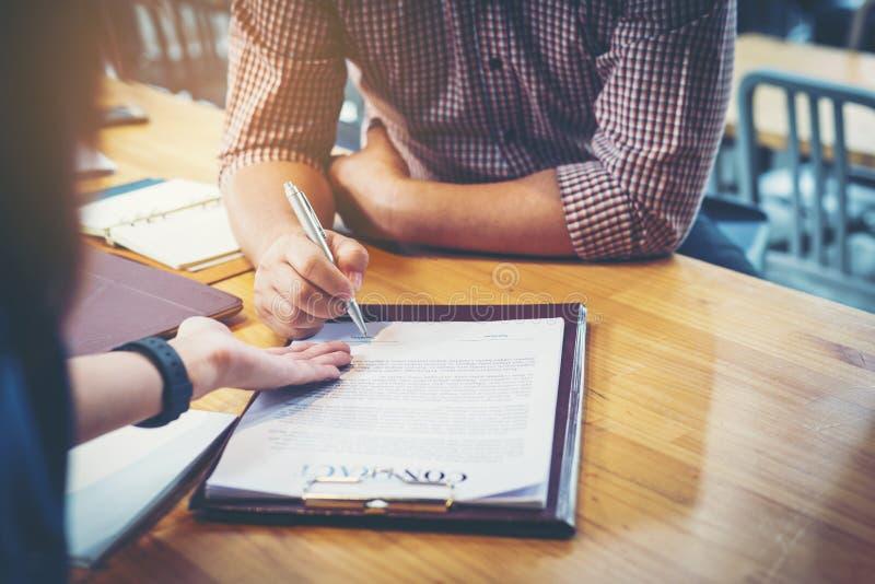 Teilhaber, die Vertrag unterzeichnen, um Geld vom Investor zu borgen stockbilder