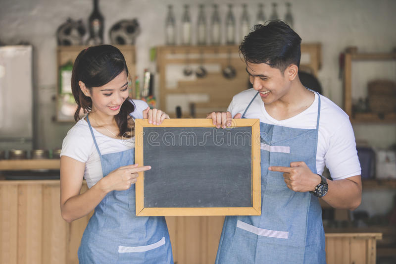 Teilhaber mit zwei Jungen öffnen ihr Café stockbilder