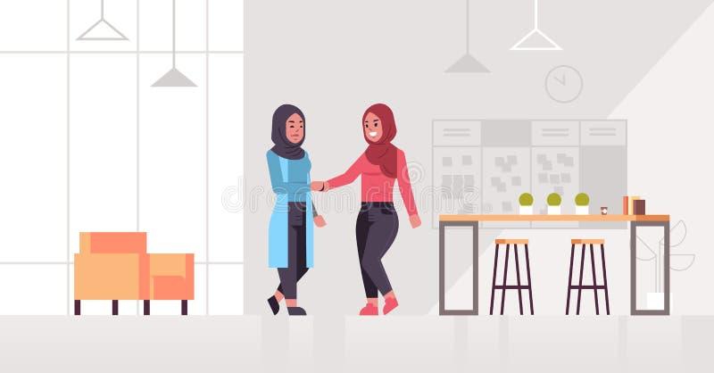 Teilhaber-Paarhanderschütterung des arabischen Geschäftsfrauhändeschüttelns arabische während des Treffens des Vereinbarungspartn lizenzfreie abbildung