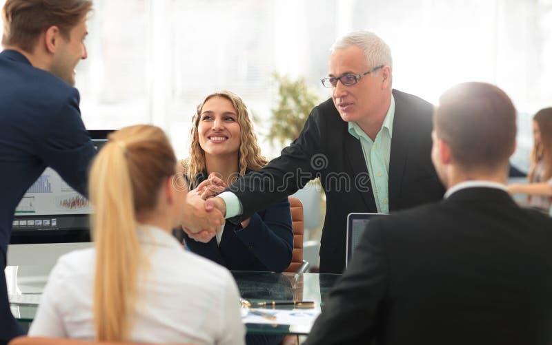 Teilhaber rütteln Hände im Konferenzsaal stockfoto