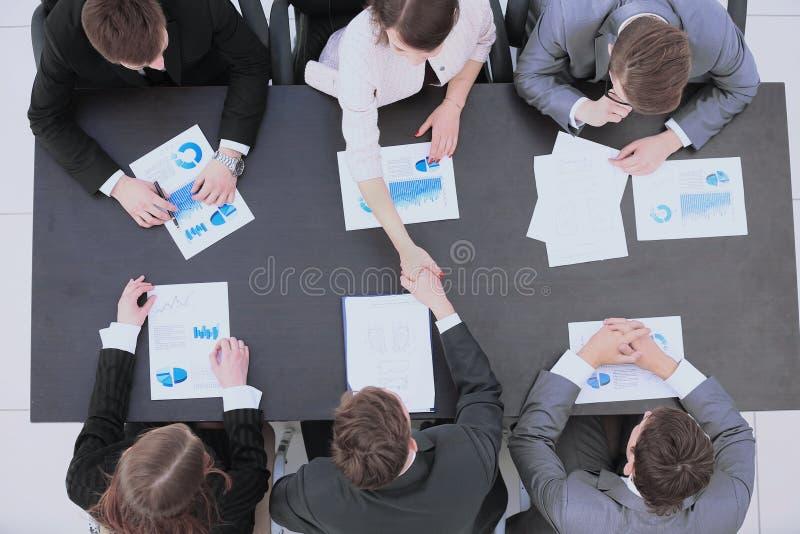 Teilhaber rütteln Hände nach einer Diskussion über ein neues financ lizenzfreies stockbild