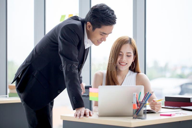 Teilhaber team zusammenarbeiten auf Schreibtisch mit Laptop und Dokument Geschäftsmann, der Laptop-Computer und Geschäftsfrau ver stockfotografie