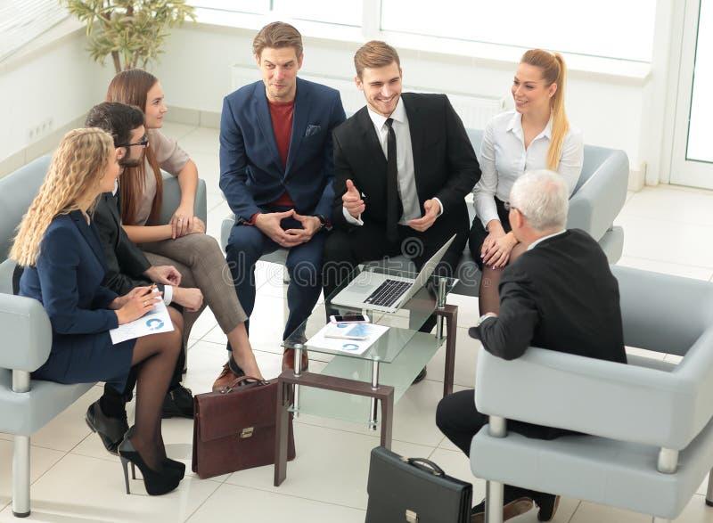 Teilhaber verhandeln in Anwesenheit eines Geschäftsteams stockbild