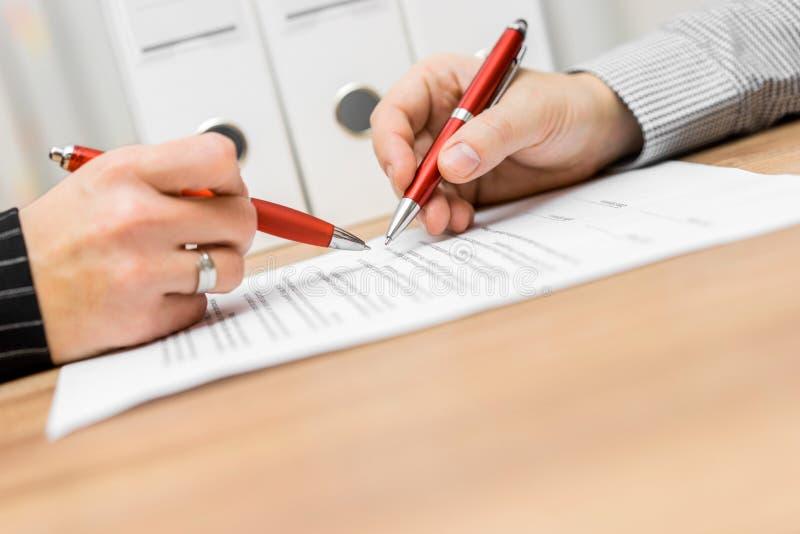 Teilhaber wiederholen Vertrag und besprechen sich ungefähr lizenzfreie stockfotos