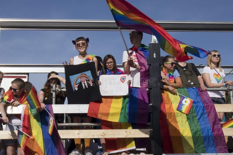 Teilnehmer der großen Gleichheit führen - LGBT-Gemeinschaftsstolzparade in Warschau-Stadt vor lizenzfreie stockbilder