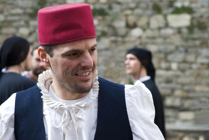 Teilnehmer der mittelalterlichen Kostümpartei stockfotografie
