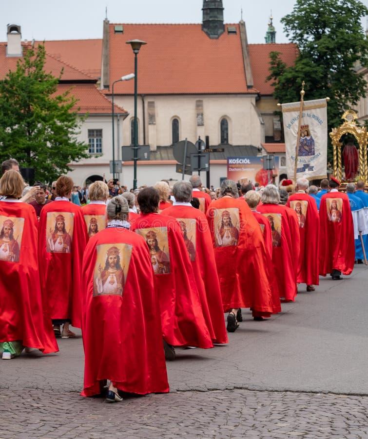 Teilnehmer, die an einer Prozession für das Fest der katholischen Kirche des Corpus Christi, in alter Stadt Krakaus, Polen teilne stockbild