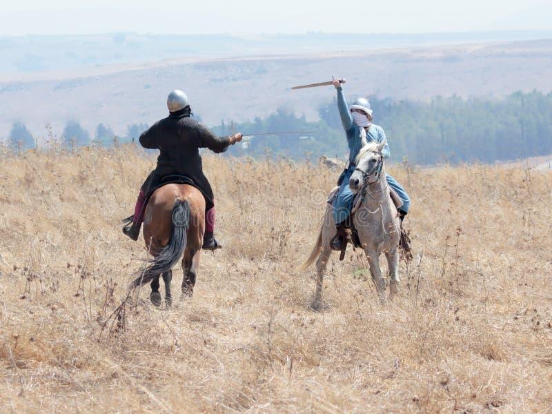 Teilnehmer an die Rekonstruktion von Hörnern von Hattin-Kampf nehmen im Jahre 1187 am Kampf zu Pferd auf dem Schlachtfeld nea tei stockbilder