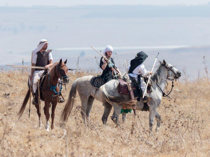 Teilnehmer an die Rekonstruktion von Hörnern von Hattin-Kampf nehmen im Jahre 1187 am Kampf zu Pferd auf dem Schlachtfeld nea tei lizenzfreies stockbild