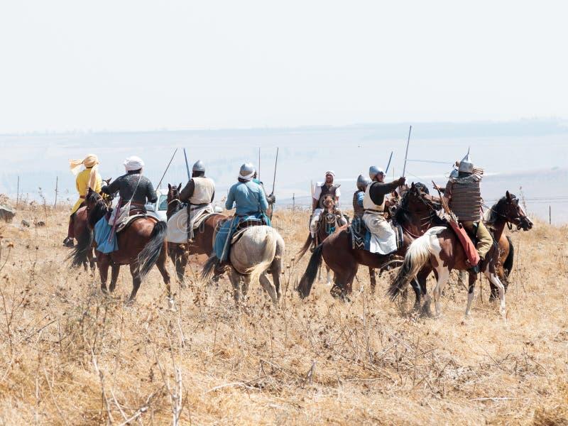 Teilnehmer an die Rekonstruktion von Hörnern von Hattin-Kampf nehmen im Jahre 1187 am Kampf zu Pferd auf dem Schlachtfeld nea tei stockfotografie