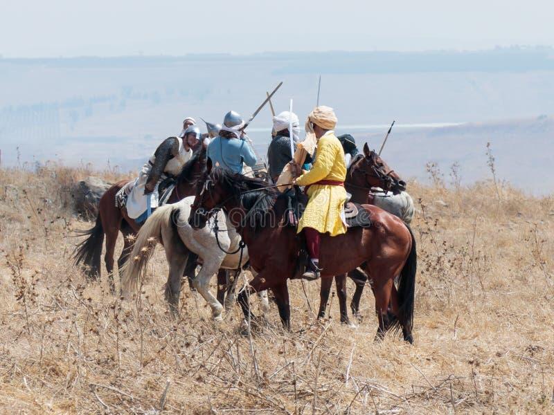 Teilnehmer an die Rekonstruktion von Hörnern von Hattin-Kampf nehmen im Jahre 1187 am Kampf zu Pferd auf dem Schlachtfeld nea tei stockfoto