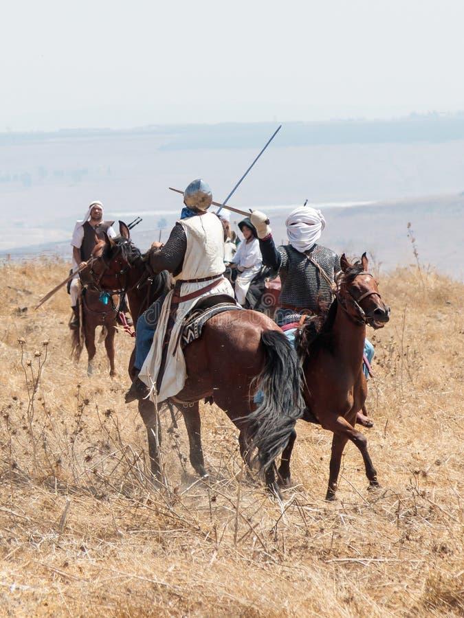 Teilnehmer an die Rekonstruktion von Hörnern von Hattin-Kampf nehmen im Jahre 1187 am Kampf zu Pferd auf dem Schlachtfeld nea tei lizenzfreie stockfotografie