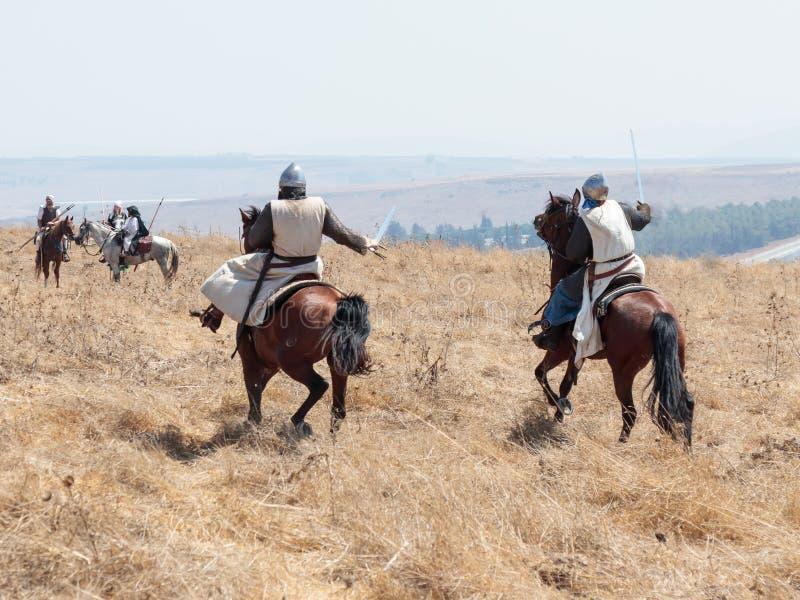 Teilnehmer an die Rekonstruktion von Hörnern von Hattin-Kampf nehmen im Jahre 1187 am Kampf zu Pferd auf dem Schlachtfeld nea tei lizenzfreie stockfotos
