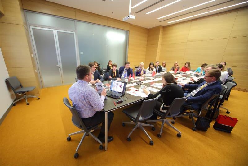 Teilnehmer sitzen am Tisch auf Geschäfts-Frühstück stockfoto