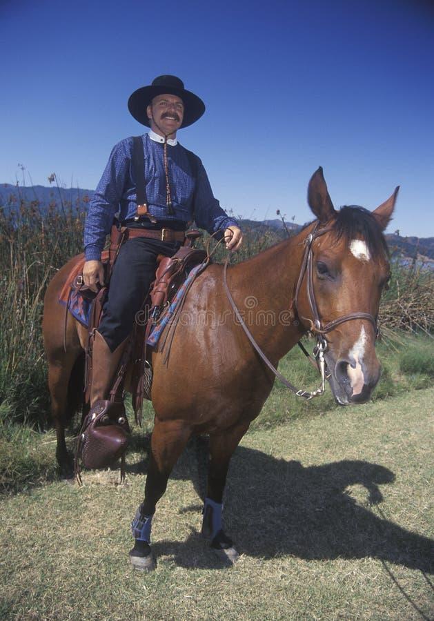 Teilnehmer zu Pferd während des Cowboys Reenactment, See Casitas, Ojai, CA stockbild
