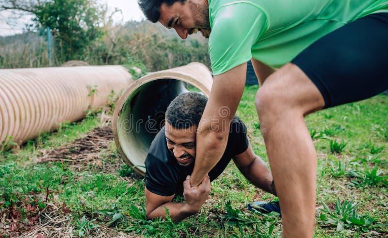 Teilnehmerhindernislauf, der ein Rohr durchläuft lizenzfreies stockfoto