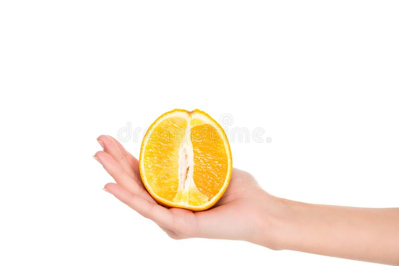 teilweise Ansicht der Nahaufnahme der Frau Hälfte der frischen reifen Orange halten stockfotos