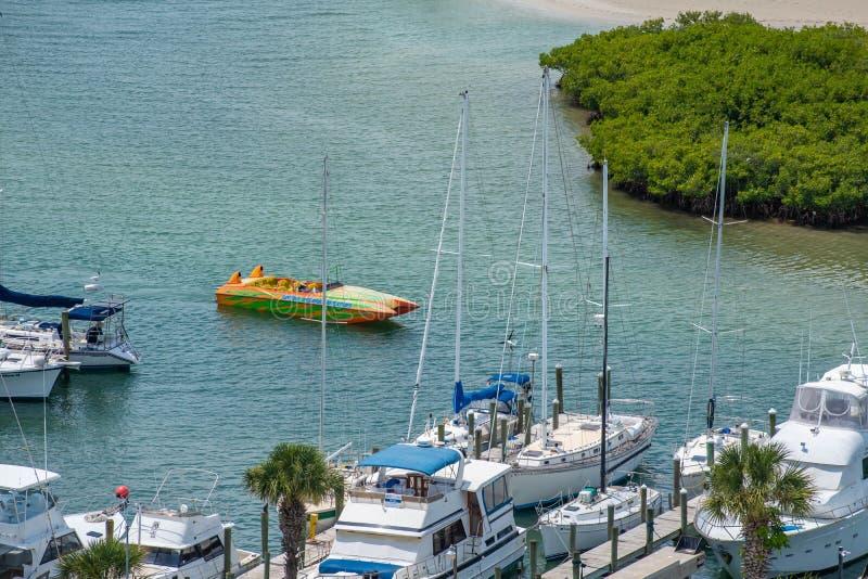 Teilweise Ansicht des bunten Bootes und des Jachthafens von Leuchtturm 1 lizenzfreie stockfotos