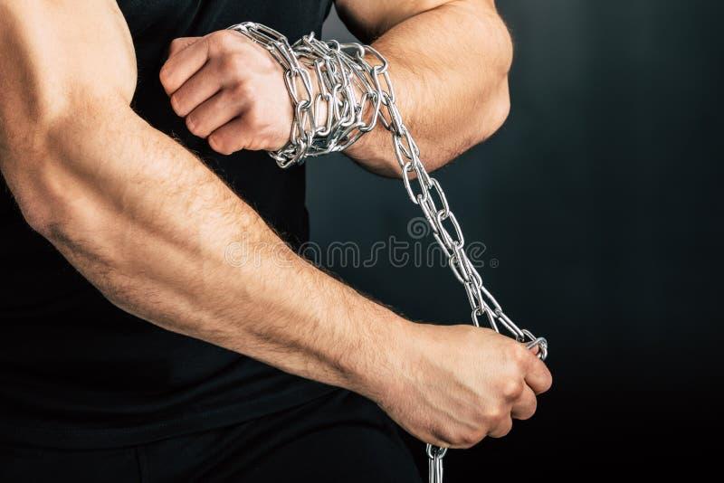 teilweise Ansicht des Mannes mit Metallkette auf Händen lizenzfreie stockbilder