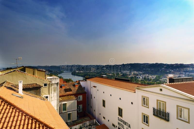 Teilweise Ansicht von Coimbra und von Mondego-Fluss vom Schulhof, an der Universität stockfotos