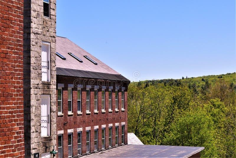 Teilweise Ansicht woolen Mühle der des 18. Jahrhunderts stellte in die ländlich idyllisch Stadt von Harrisville, New Hampshire, V lizenzfreies stockfoto