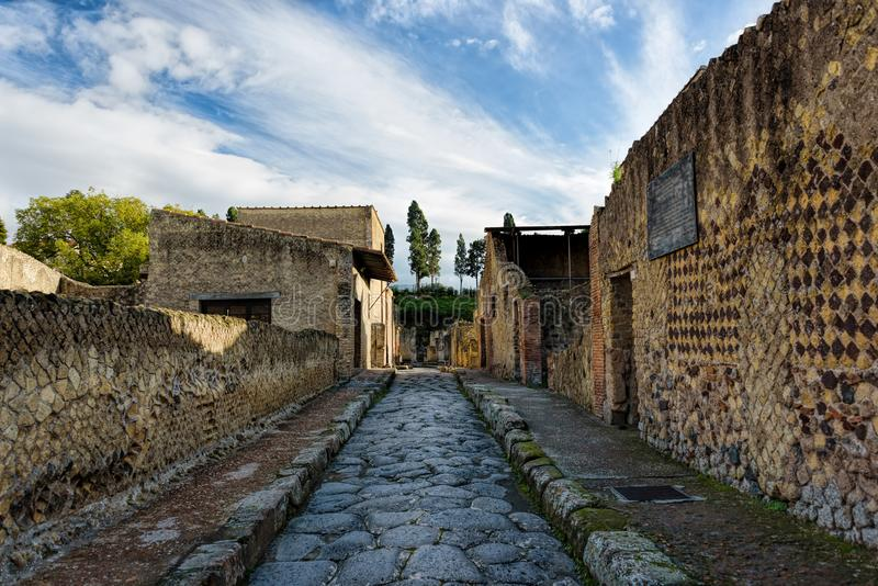 Teilweise ausgegrabene und wieder hergestellte alte Ruinen von Herculaneum stockbilder
