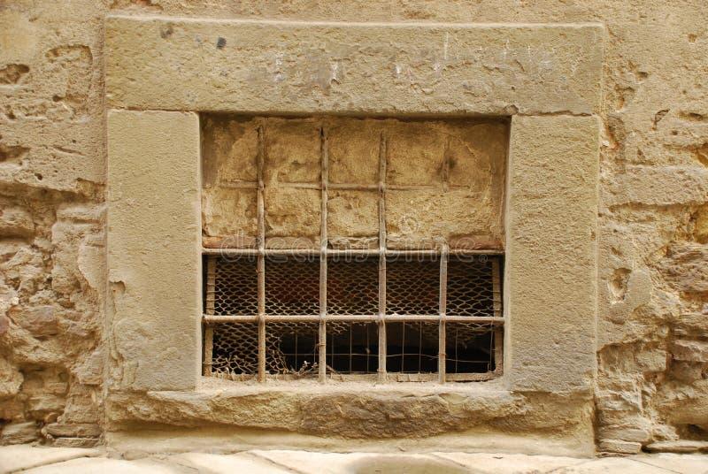 Teilweise geblocktes Fenster in Toskana stockfotos