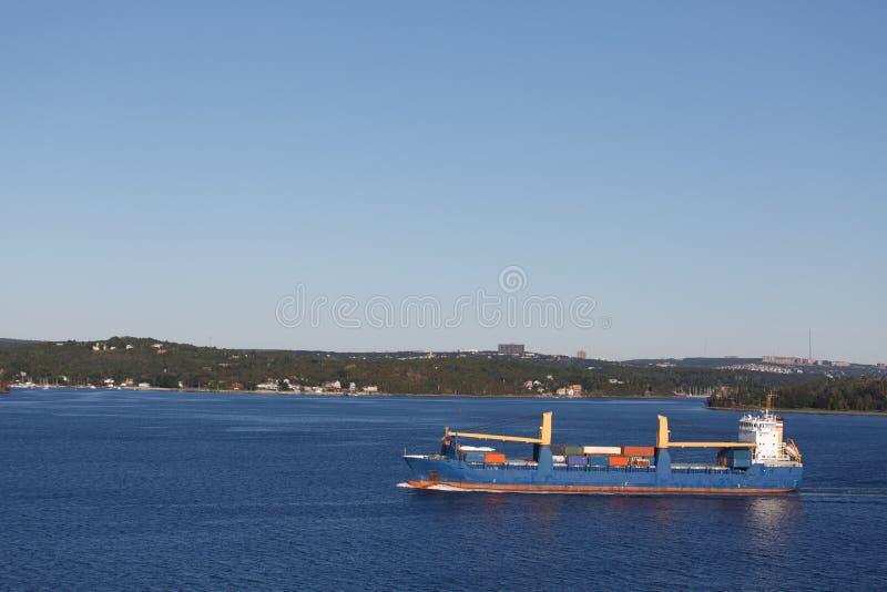 Teilweise voller Frachter im ruhigen blauen Meer stockfotografie